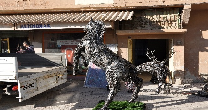 Hurdadan yapılan at ve geyik heykeli Başkent'te görücüye çıkıyor