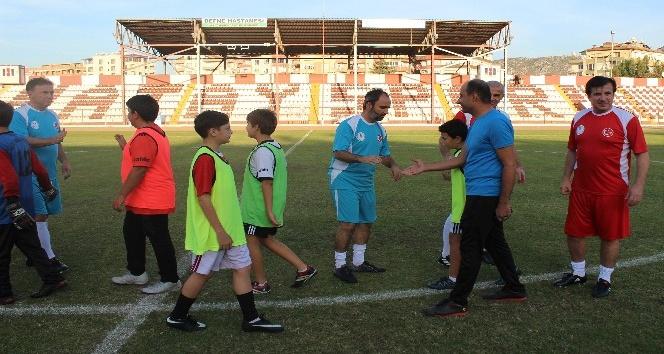 Hatay'da çocuklar, futbolun efsaneleri ile buluştu