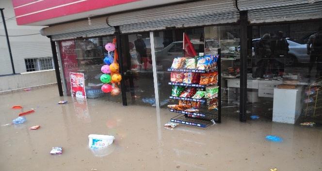 Şiddetli yağış ev ve iş yerlerini sular altında bıraktı