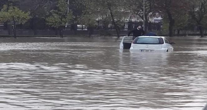 Hatay'da yağışlar yolları göle çevirdi