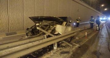 Alkollü sürücü bariyerlere daldı 2 yaralı