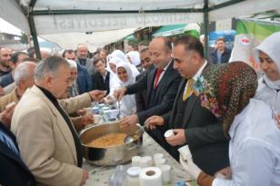 """Kaymakam Bülent UYGUR ve Belediye Başkanı Rıfat SARI, Pamuk Eller Yöresel Ürünleri Üretiyor Projesi"""" standını ziyaret etti."""
