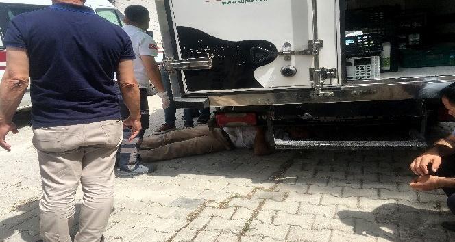 Hareket eden kamyonetin altında kalan sürücü yaralandı