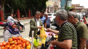 Zabıta Ekipleri Tarafından Yeri Değiştirilen Seyyar Satıcının Domateslerini Belediye Başkanı Sattı