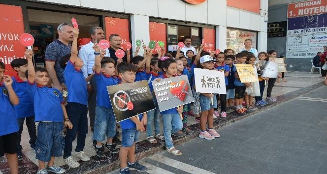 Kırıkhan'da öğrenciler, sürücülere broşür dağıttı