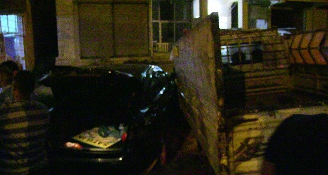 Otomobil ile Kamyonet çarpıştı:1 yaralı