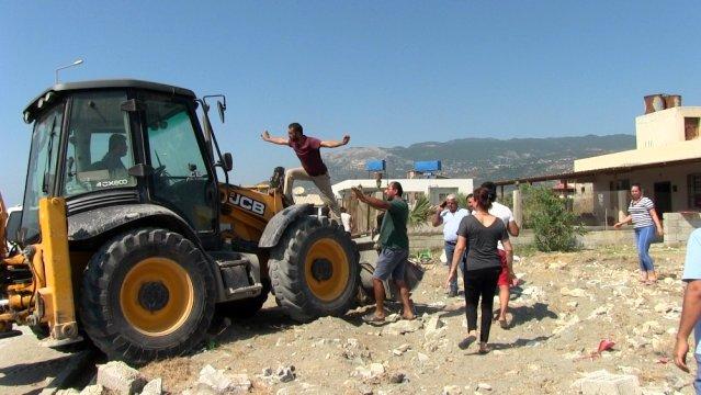 Kaçak yapıların yıkımında arbede