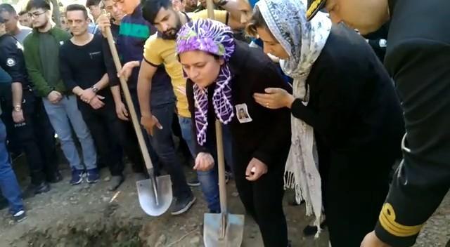 Şehit eşinin mezarından bir avuç toprak aldı
