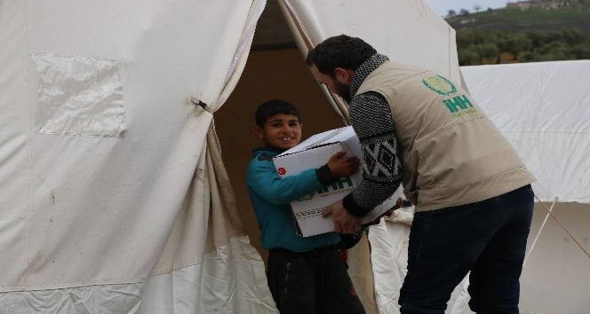 İdlib'ten Afrin'e göç eden sivillere gıda yardımı