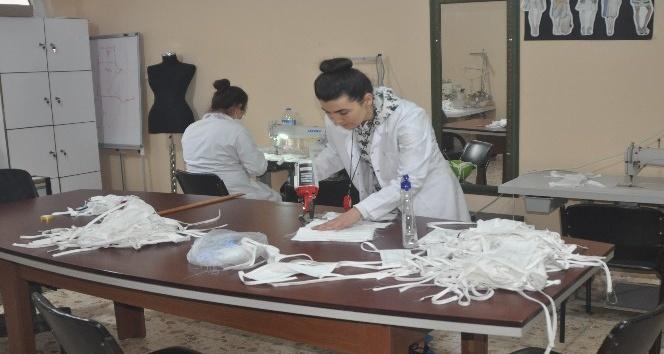 Payas'ta gönüllü kadınlar, günlük 400 adet maske üretiyor