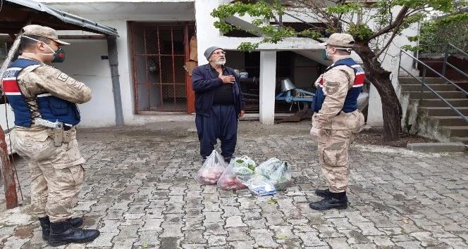 Hatay'da 65 yaş üstü vatandaşların yardımına jandarma koştu