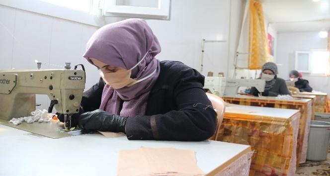Bayırbucak Türkmeni kadınlar, ürettikleri maskeleri kaymakamlığa teslim etti