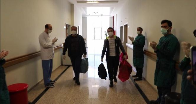 Hatay'da koronayı yenen 30 hasta alkışlarla taburcu edildi