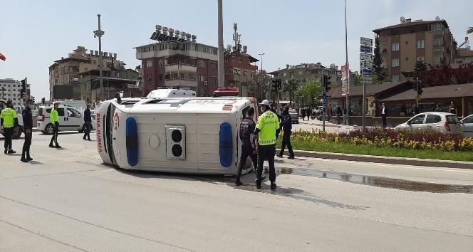 Hatay'da ticari aracın çarptığı ambulans devrildi