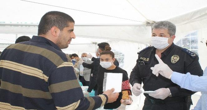 Reyhanlı'da vatandaşlara maske dağıtıldı