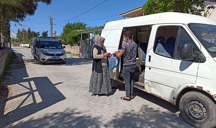 Kumlu'da Sokak Sokak Ekmek Dağıtılıyor