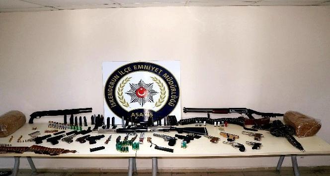 İskenderun'da aranan kişilere yönelik operasyonda çok sayıda silah ele geçirildi