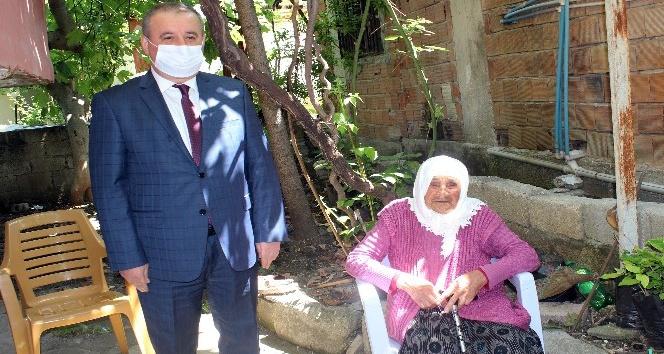 """102 yaşındaki Ayşe nine """"Anneler Günü""""nde unutulmadı"""