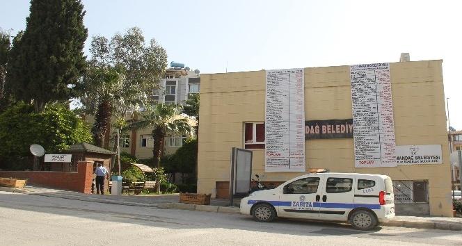 Samandağ'da gelir-gider tablosu belediye binasına asıldı