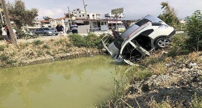 Gelin arabasıyla otomobil çarpışıp dereye uçtu: Gelin yaralandı