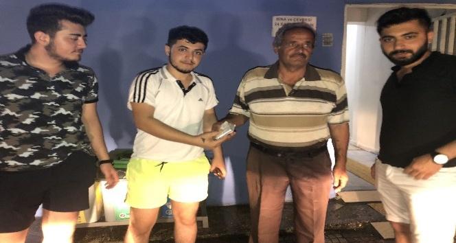 Samandağ'da buldukları parayı polis eşliğinde sahibine teslim etiler