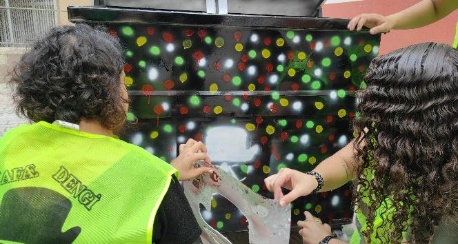 Çöp konteyneri çizgi kahramanlarla süsleniyor