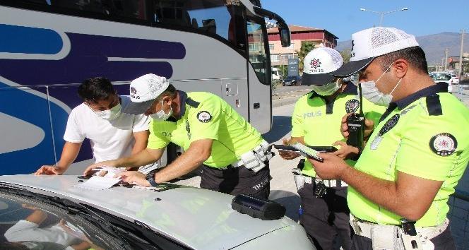 Trafikte asker eğlencesi yapan gruba ceza