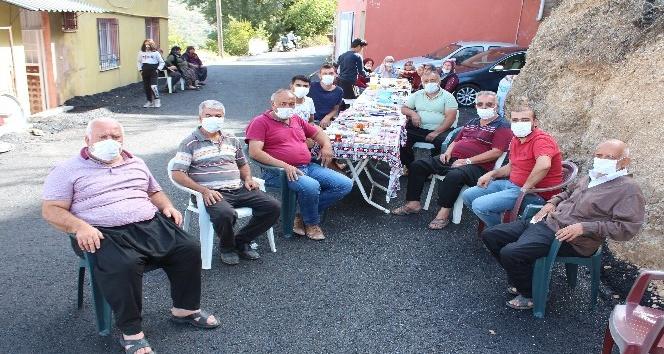 Yollarının asfaltlanmasını sokakta kahvaltı yapıp dua ederek kutladılar