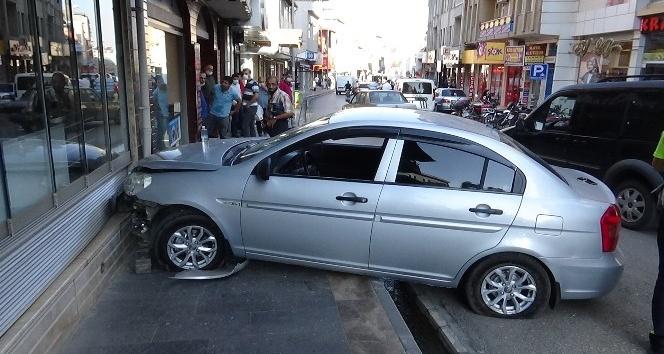 Sürücü direksiyon başında kalk krizi geçirince araç pastane duvarına çarptı