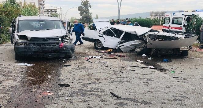 Ticari araçla çarpışan otomobil ikiye bölündü: 8 yaralı
