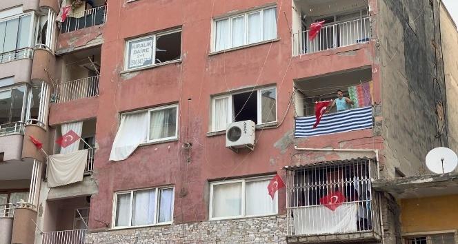 İskenderun'da balkonlara ve iş yerlerine Türk bayrağı asıldı