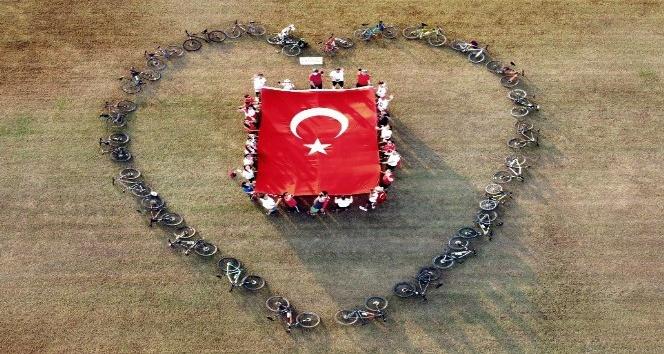29 Ekim'e bisikletli bayraklı kutlama