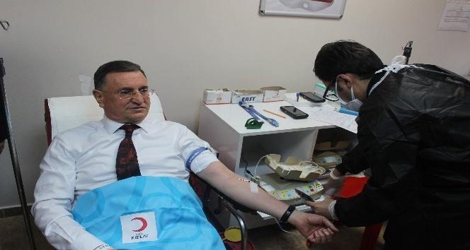 Büyükşehir Belediye Başkanı Savaş, Kızılay'a kan bağışında bulundu