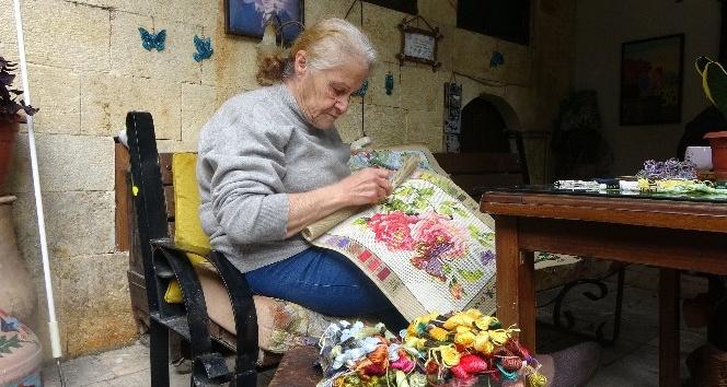 Annesinden öğrendiği goblen sanatıyla hayata tutunuyor