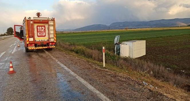 Yağ dolu kamyonet devrildi: 3 yaralı