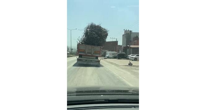 Hurda demir yüklü kamyonun tehlikeli yolculuğu