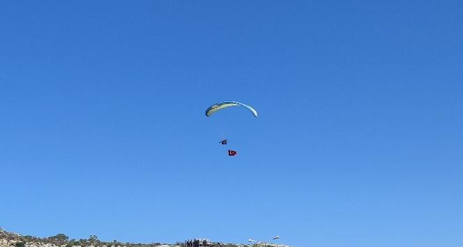 Samandağ'da yamaç paraşütüyle 19 Mayıs kutlaması
