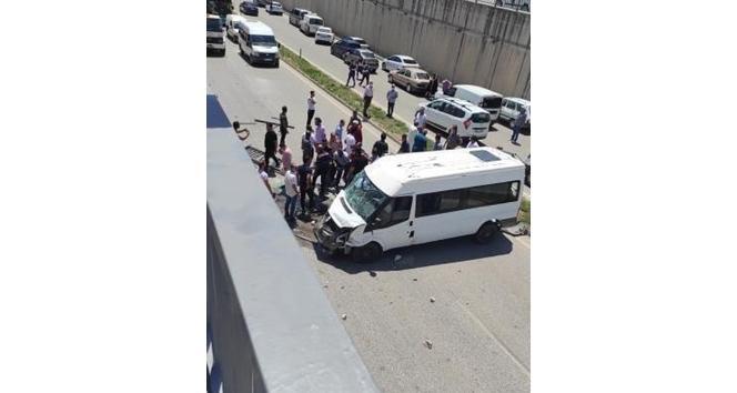 Jandarma personelini taşıyan minibüs devrildi: 3 yaralı