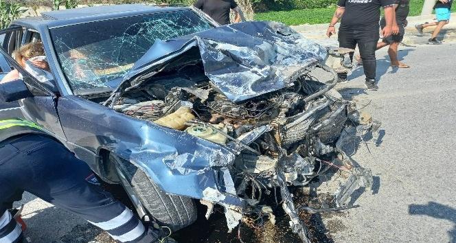 Samandağ'da otomobil ile minibüs kafa kafaya çarpıştı: 3 yaralı