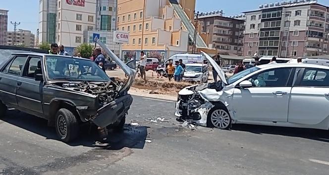 Kırıkhan'da iki otomobil kafa kafaya çarpıştı: 4 yaralı