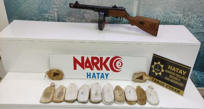 Hatay'da Thompson silah ve 3 kilo esrar ele geçirildi