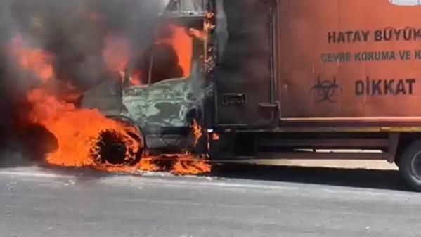 Tıbbi atık kamyonu seyir halindeyken alev aldı