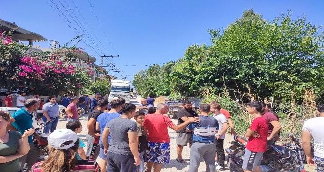 Hatay'da kamyonlardan şikayet eden mahalleli yolu kapatıp eylem yaptı
