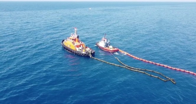 Samandağ'da denizde ve karada petrol temizliği sürüyor