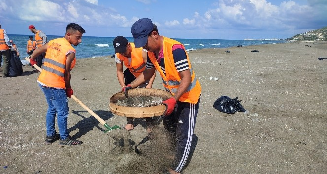 Petrol atıkları sahilde tırmık ve elek ile temizleniyor