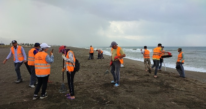 Hatay'da yağmura rağmen petrol atıkları temizleniyor