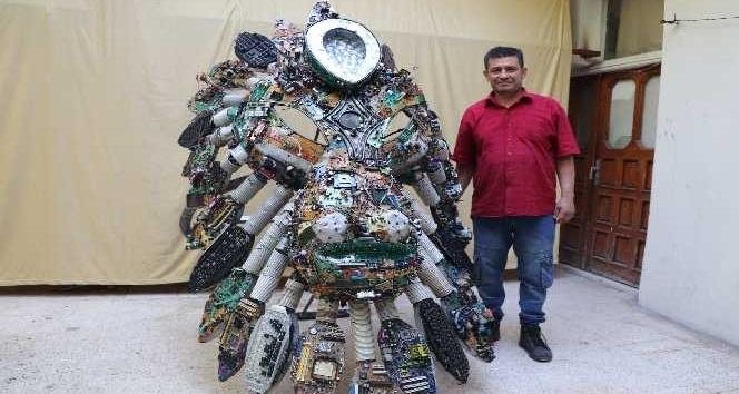 Elektronik atıklardan aslan figürlü devasa yüzük