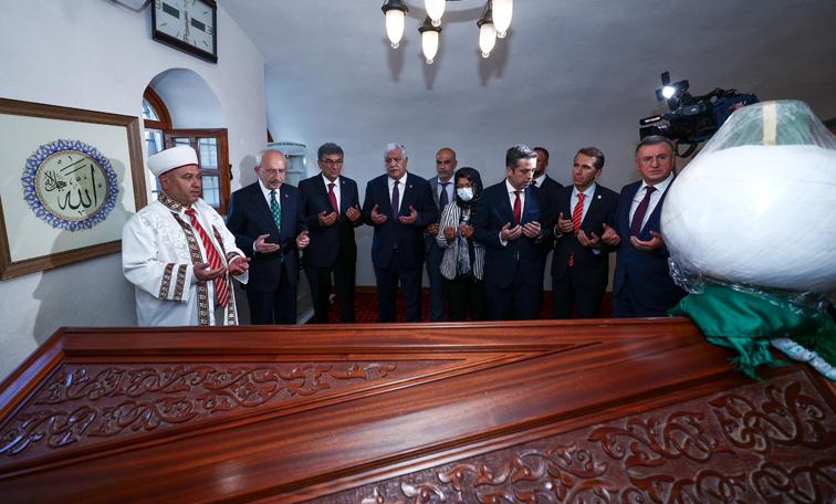 Kemal Kılıçdaroğlu, Beyazıt-i Bestami Türbesi'ni ziyaret Etti